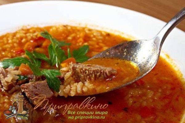 На фото тарелка супа харчо