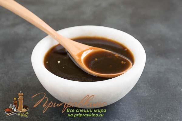 Как выглядит соус терияки: густая, темно-коричневая жидкость.