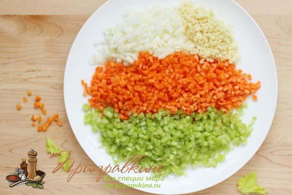 Фото соффритто – нарезанные мелкими кубиками лук, сельдерей и морковь
