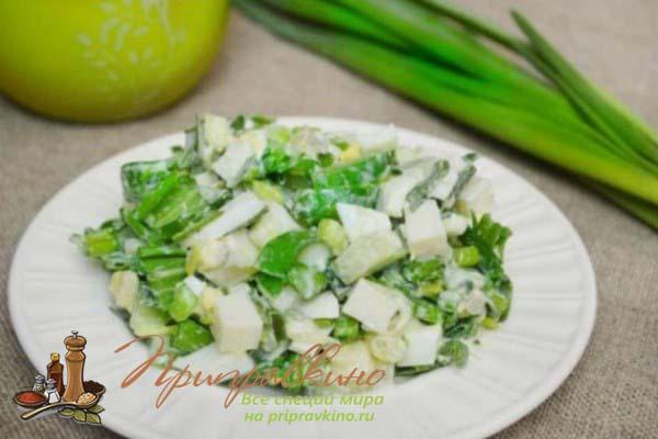 Рецепт салата с черемшой, картофелем, огурцами и сметаной